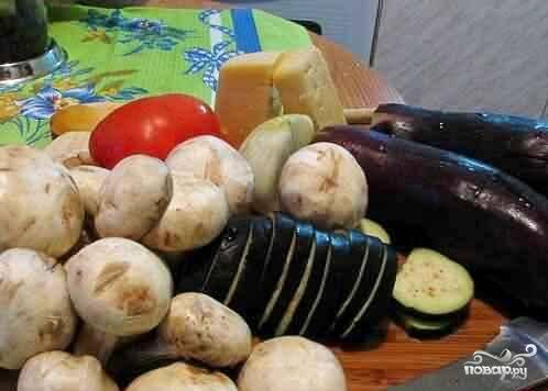Берем все ингредиенты. Овощи следует вымыть, баклажаны нарезать кольцами и опустить на 20-30 минут в подсоленную воду полежать, выпустить горечь.