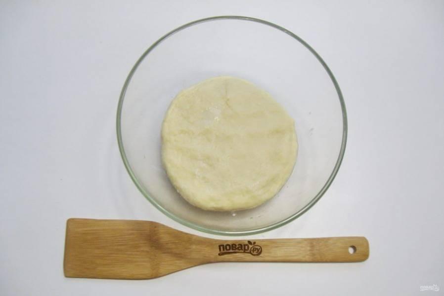 Замесите мягкое, эластичное тесто. Выложите его в миску, накройте пищевой пленкой и поставьте в теплое место.