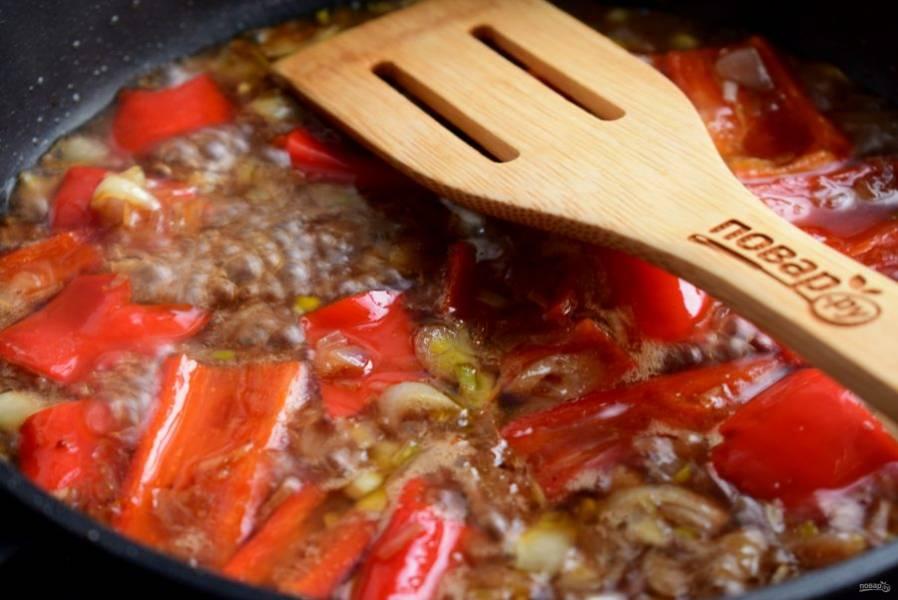 5. Для соуса соедините соевый соус, бальзамик, гранатовый сок и сахар.Влейте соус в сковороду, доведите до кипения, готовьте 3 минуты.