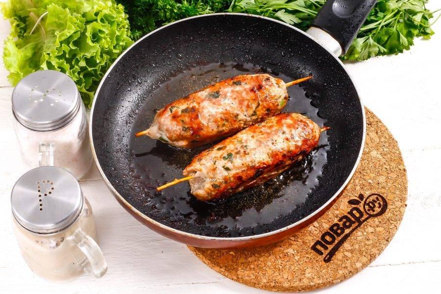 Если вы готовите в сковороде, убавьте нагрев и накройте емкость крышкой, пропаривая блюдо примерно 2-3 минуты.
