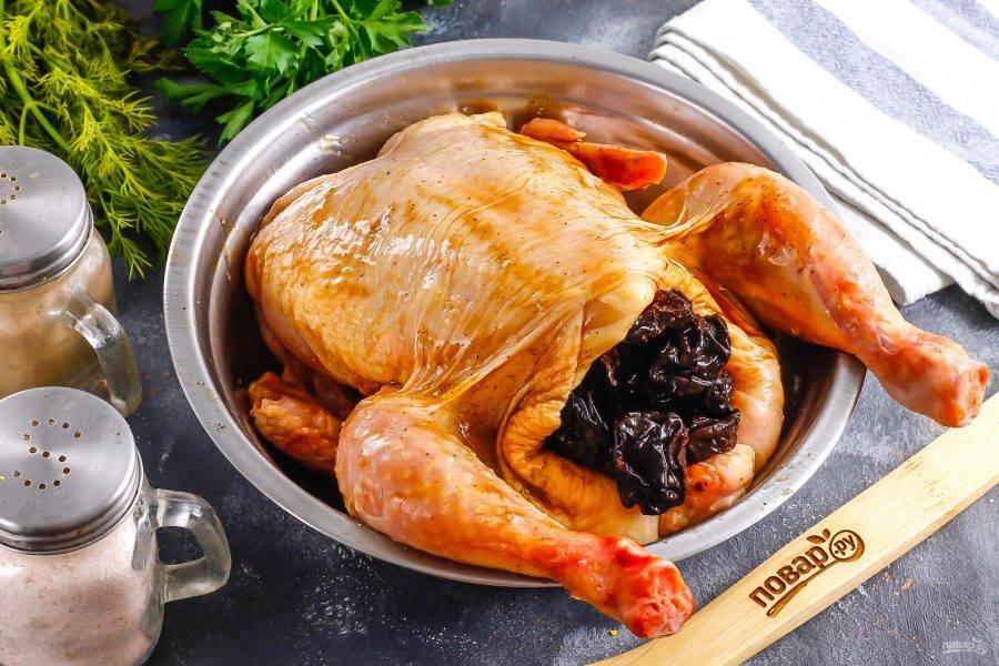 Затем нафаршируйте цыпленка черносливом, отжав его от жидкости.