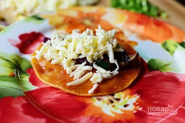 6. Посыпьте тортилью овощами, тертым сыром и измельченным зеленым луком.