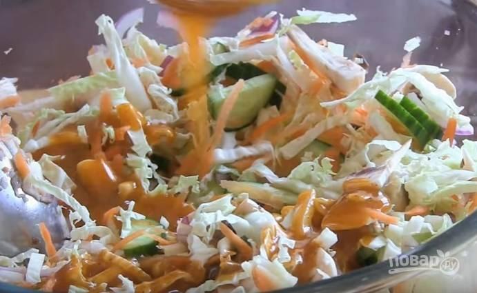 7. Половину яблока очистите от кожуры и натрите на крупную терку. Перемешайте с овощами и заправьте соусом.