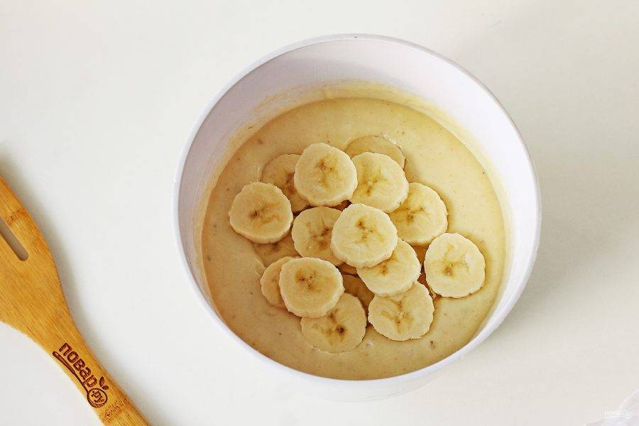 Взбейте все до однородного состояния и добавьте второй банан, нарезанный кружочками.