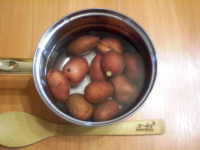 Картофель тщательно промоем под проточной водой и поставим вариться в кожуре до готовности. Это займет минут 20.