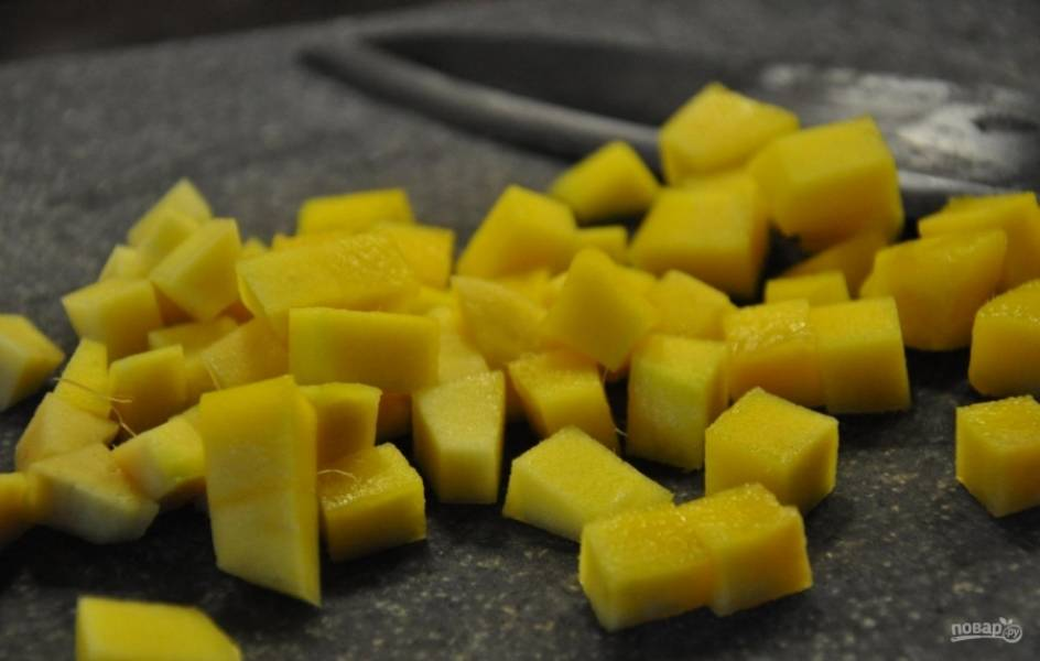 2.Манго мою и очищаю, затем нарезаю фрукт мелкими кубиками.