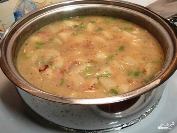 Нарежьте картофель и сельдерей кубиками. Бросьте овощи в кастрюльку. Залейте куриным бульоном, доведите до кипения. Томите получившийся суп на маленьком огне, пока картофель не разварится.