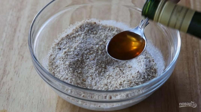 4.Подготовьте начинку. 150 грамм орехов измельчите, добавьте 75 грамм сахара, 1 столовую ложку рома, 3 столовые ложки сливок, 100 грамм абрикосового повидла и немного корицы.