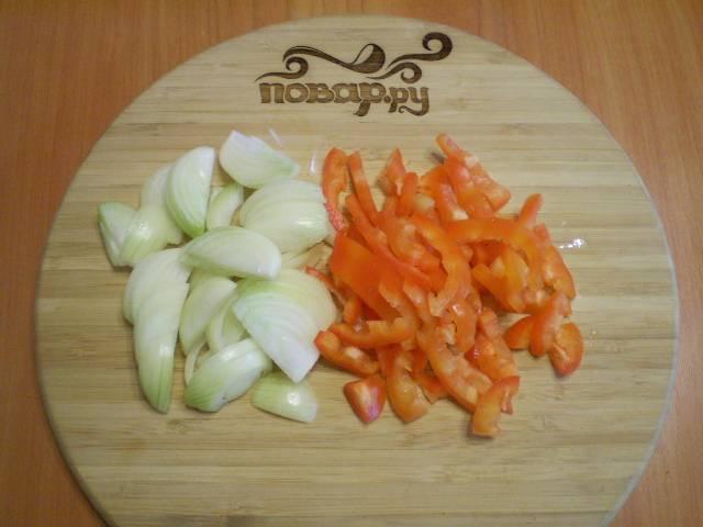 Порежьте произвольно перец и лук (не слишком мелко).
