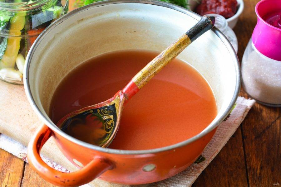 Слейте воду в кастрюлю, добавьте сахар, соль, уксус и томатную пасту. Маринад закипятите.