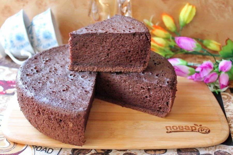 Готовый шоколадный шифоновый бисквит охладите прямо форме, которую следует перевернуть верх дном.