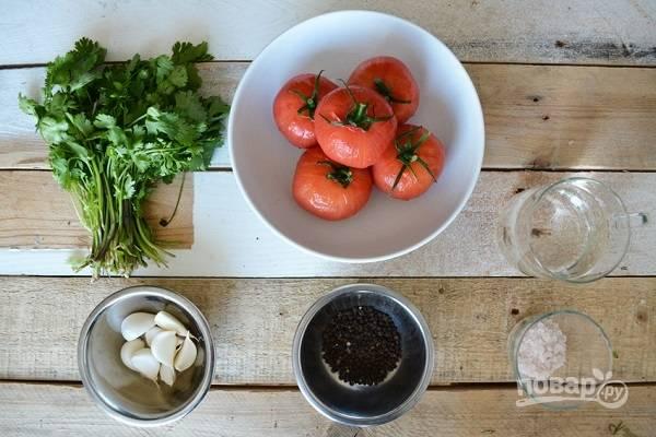 1. Первым делом залейте помидоры горячей водой на пару минут и после остудите. Вымойте и обсушите зелень, очистите чеснок.