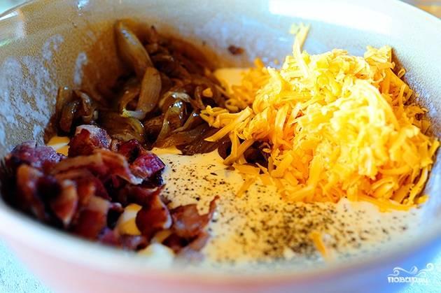 Смешайте бекон, тёртый сыр чеддер, лук и яичный соус вместе.