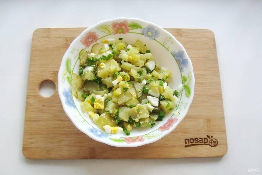 Салат посолите по вкусу, заправьте растительным маслом и перемешайте.