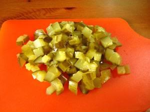 Кубиками режем соленые огурцы.