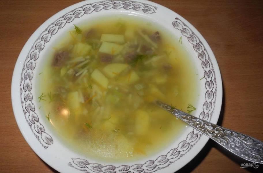 В конце в суп добавьте нарезанную зелень и соль. Через 5 минут блюдо готово! Приятного аппетита!