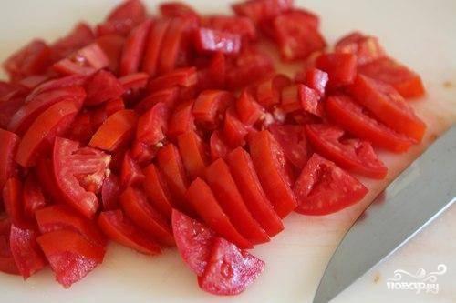 На аналогично крупные кусочки нарезаем помидоры.