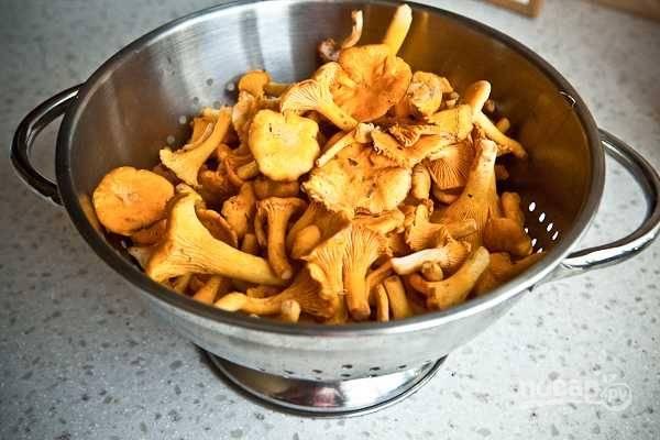 У грибов отрежьте концы ножек и промойте под проточной холодной водой, если используете мороженные грибы, то заранее их разморозьте. Лучше мыть руками каждый гриб, тогда все грибы будут тщательно вымыты.