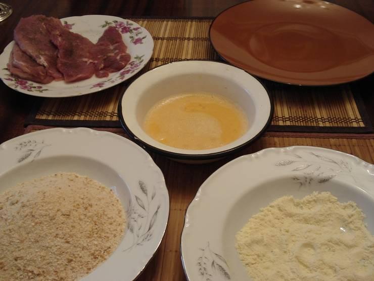 Взбейте слегка яйцо, подготовьте муку и сухари.