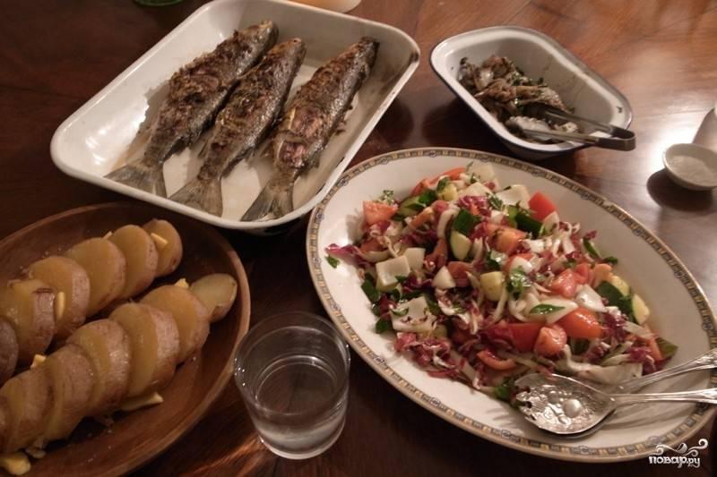 Подавать ее можете с салатом из морепродуктов, овощей и с картофелем (тоже запеченным на мангале, кстати). Приятного аппетита!