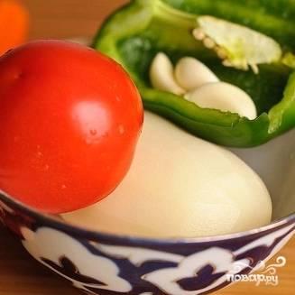 1. Вымойте и очистите овощи: болгарский перец, картофель, морковь, помидор. С помидора можете снять кожицу, опустив его сначала в кипяток.