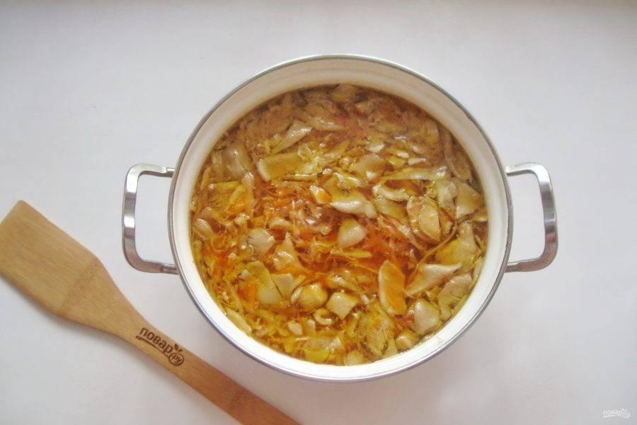 Борщ посолите и поперчите, добавьте лавровый лист. Варите до готовности всех ингредиентов.