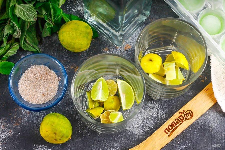 Лаймы ошпарьте кипятком и нарежьте на части, выложите их в стаканы.