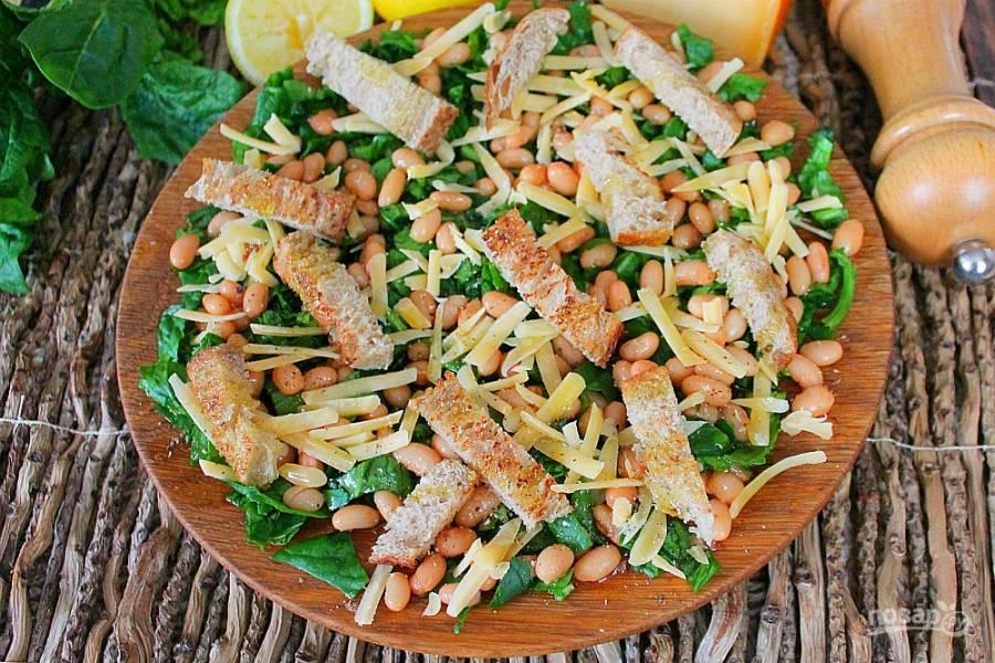 Салат с сыром фасолью и сухариками