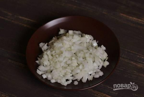 1. Очистите и измельчите лук. На сковороде разогрейте растительное масло.