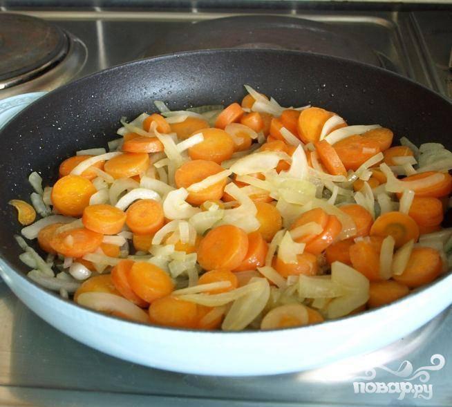 1.Порезать морковь. Порубить лук. Порезать листья кориандра. В сковородке нагреть оливковое масло на среднем огне. Добавить морковь и лук и жарить 5 минут, пока лук не начнет размякать. Мешайте ингредиенты во время жарки, так чтобы масло покрывало все овощи и чтобы они равномерно приготовились. Добавить молотый кориандр и жарить еще минуту.