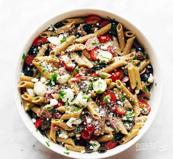 8.Хорошенько перемешиваю салат и посыпаю фетой, можно сразу подавать или отправить в холодильник.