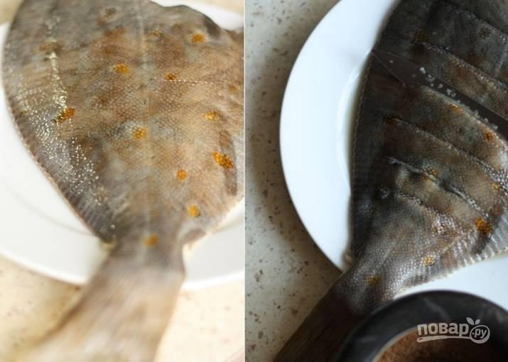 2. Затем нужно поперек тушки сделать надрезы ножом (на расстоянии сантиметра). Попадая в надрезы, маринад хорошо пропитает рыбку и сделает мясо сочным.