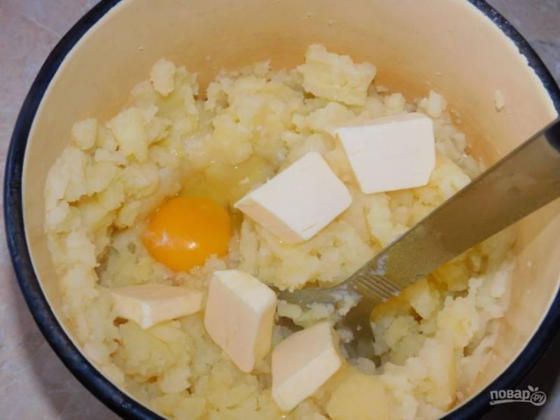 Готовую картошку помните толкушкой. Добавьте сырое яйцо и сливочное масло. Затем перемешивая подливайте горячее молоко, пока пюре не впитает все в себя.