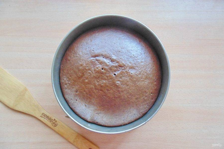 Выпекайте корж в духовке, разогретой до 175-180 градусов 45-50 минут. Готовность проверяйте сухой деревянной палочкой, которая при накалывании коржа должна выходить сухой.