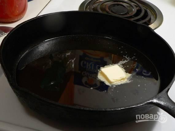 7. Разогрейте сливочное и растительное масло на сковороде.