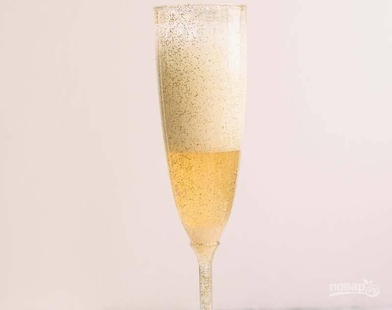 Затем влейте половину объёма настойки и столько же шампанского.