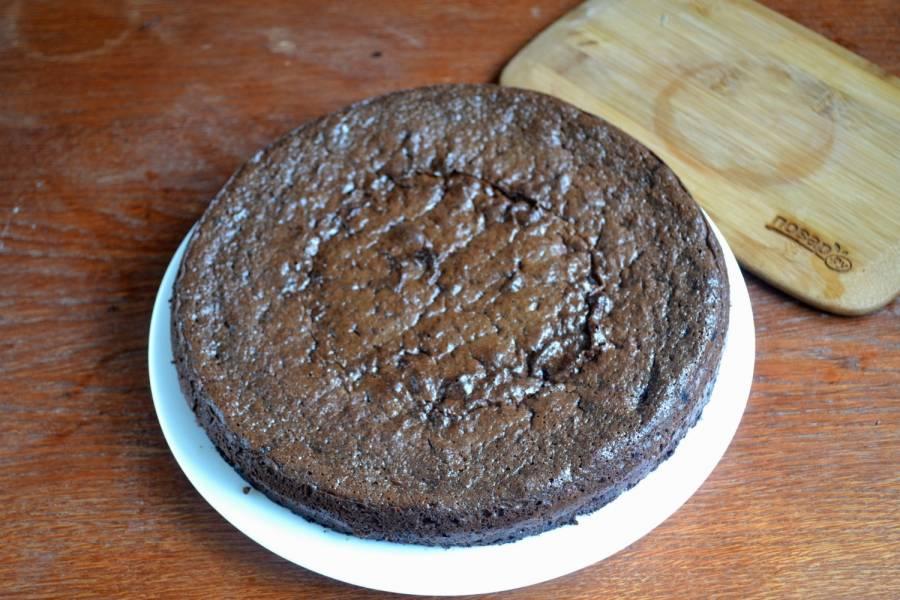 Шоколадный корж уже испекся. Переложите его на тарелку и оставьте до остывания.