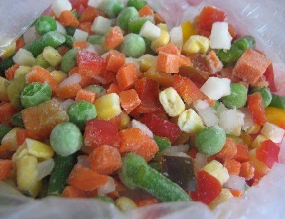 У меня замороженная смесь овощей, размораживаем.