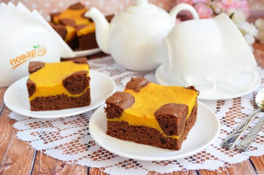 12. Остудите пирог, порежьте на квадраты и пробуйте!