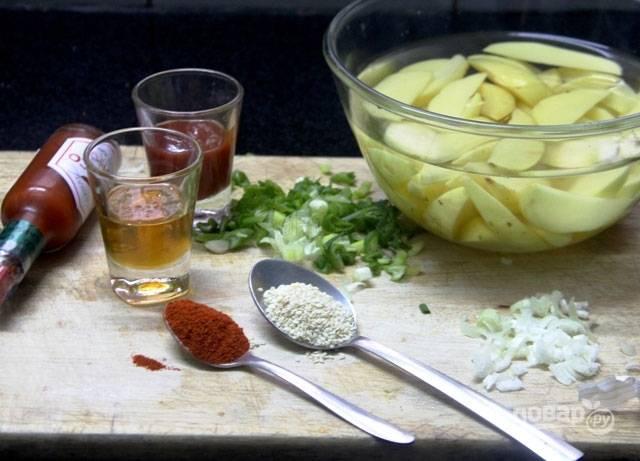 Подготовьте все продукты. Картофель нарежьте дольками и положите в воду на 20 минут, затем обсушите и пока отставьте.