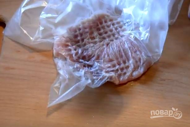 4. Нарежьте мясо пластинами поперек волокон, переложите каждый кусочек в пакет и отбейте молоточком с обеих сторон.