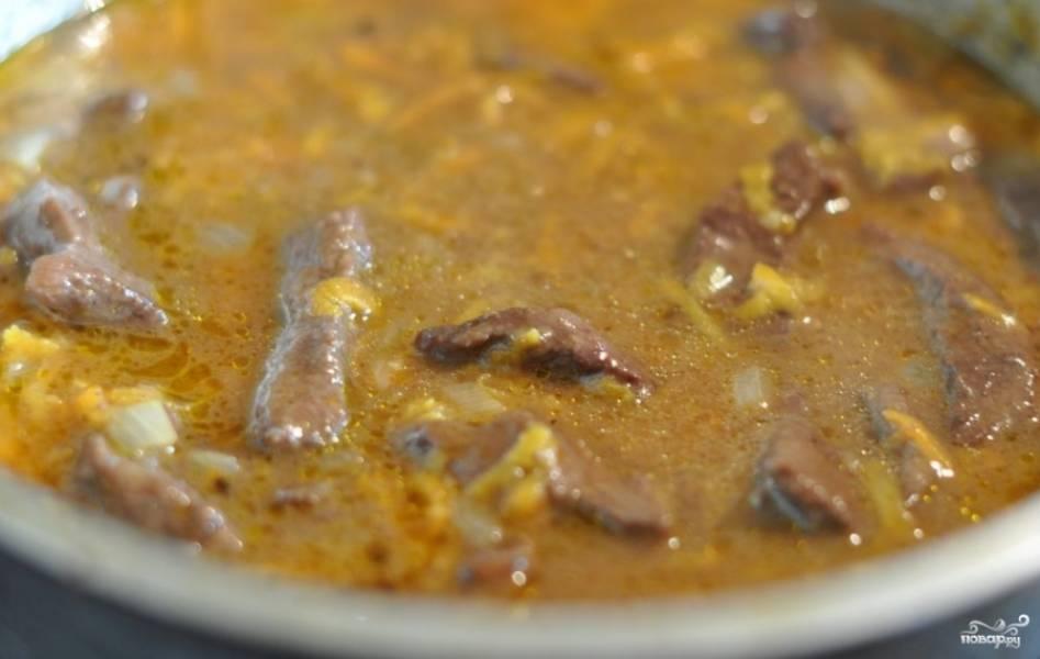 4. Перекладываем мясо в сковороду с овощами и бульоном, доводим до вкуса пряностями, тушим 15-20 минут. За пару минут до готовности добавляем заранее порезанную зелень. Приятного аппетита!