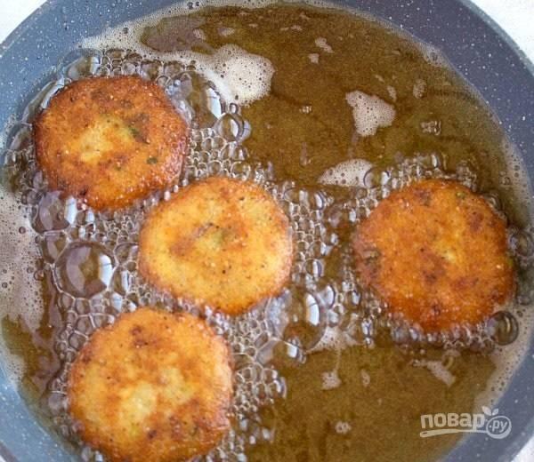 5.Разогрейте растительное масло (большое количество, как для фритюра). Выложите котлеты и обжаривайте до золотистой корочки с двух сторон.