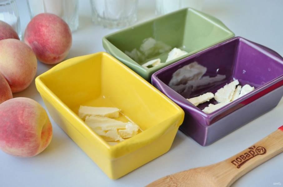 2. Включите духовку на 180 градусов. Разложите масло на три керамических формочки. Можно печь коблер в большой форме, как нравится. Отправьте форму в духовку, цель - растопить масло и прогреть формы.