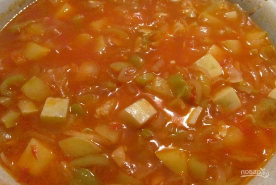 Поставьте овощи на огонь. Тушите их в течение 30 минут на слабом огне, добавив масло, соль и сахар. Затем влейте уксус и готовьте ещё 10 минут.