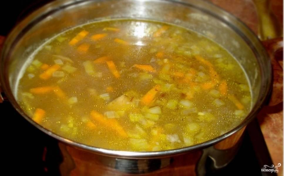 4. Добавим теперь зажарку вместе с остатками масла в суп, добавим специи по вкусу, доводим до кипения.