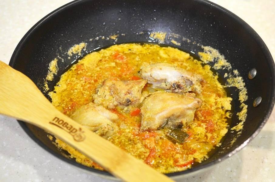 6. Верните курицу в сковороду и тушите минут 10.