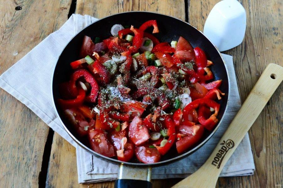 Отправьте все овощи в сковороду, добавьте растительного масла, прованские травы, куркуму и соль.  Жарьте на медленном огне 7-10 минут.