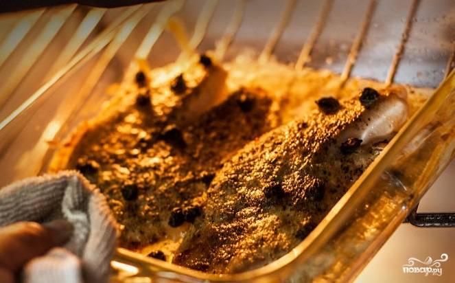 4. Выпекайте тилапию в горячей духовке в течение 10-15 минут. Филе должно побелеть.