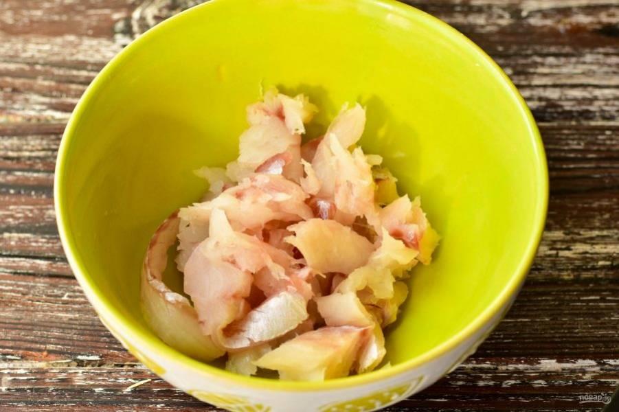 Выложите рыбу в миску.
